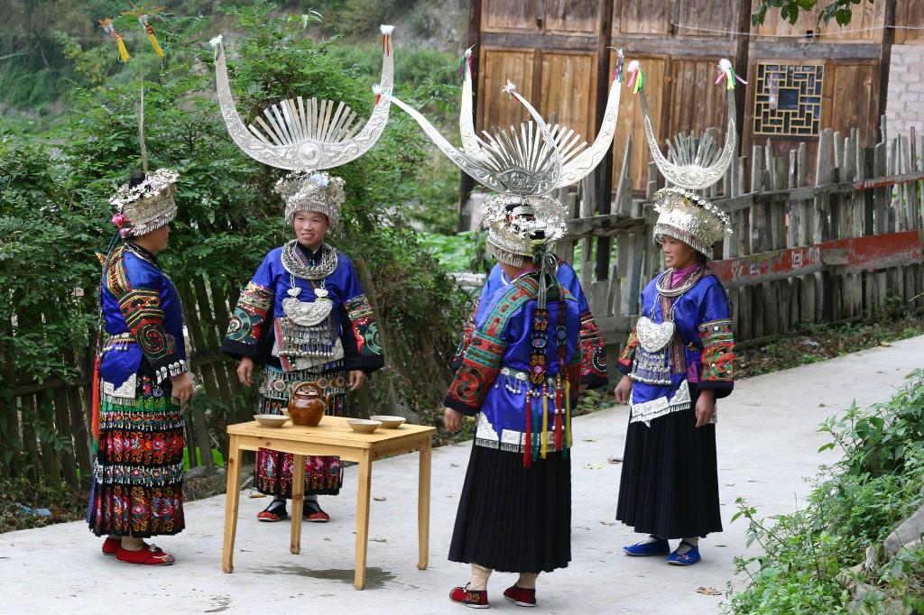 Langskørtet Miao-folk (1)